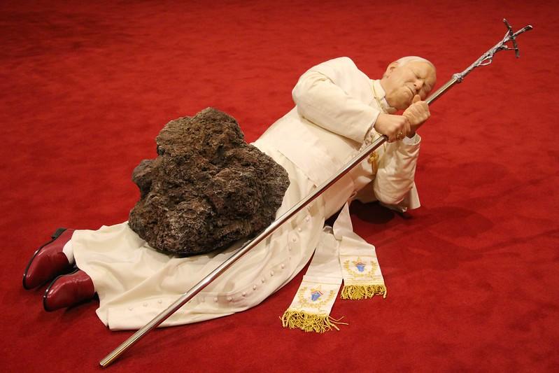 Obra Papa y meteorito de Maurizio Cattelan